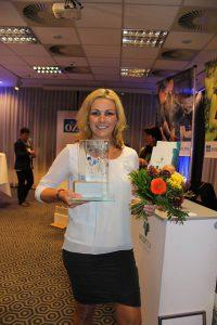 Gründerin von MediTex, Fanny Fatteicher, mit dem Gründerpreis der OZ in der Hand.