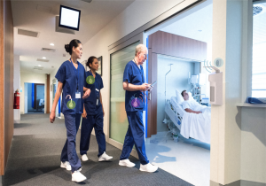 Ärzte und Pfelegpersonal tragen Transponder - Händehygiene