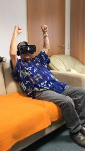 Alter Mensch in Alternheim freut sich mit VR-Brille