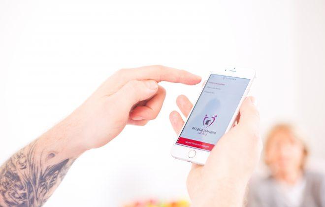 Menschliche Hand hält Lindera-App