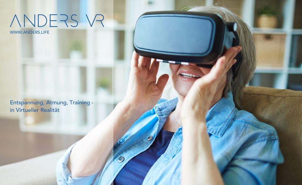 Ältere Dame hat VR-Brille auf und lächelt