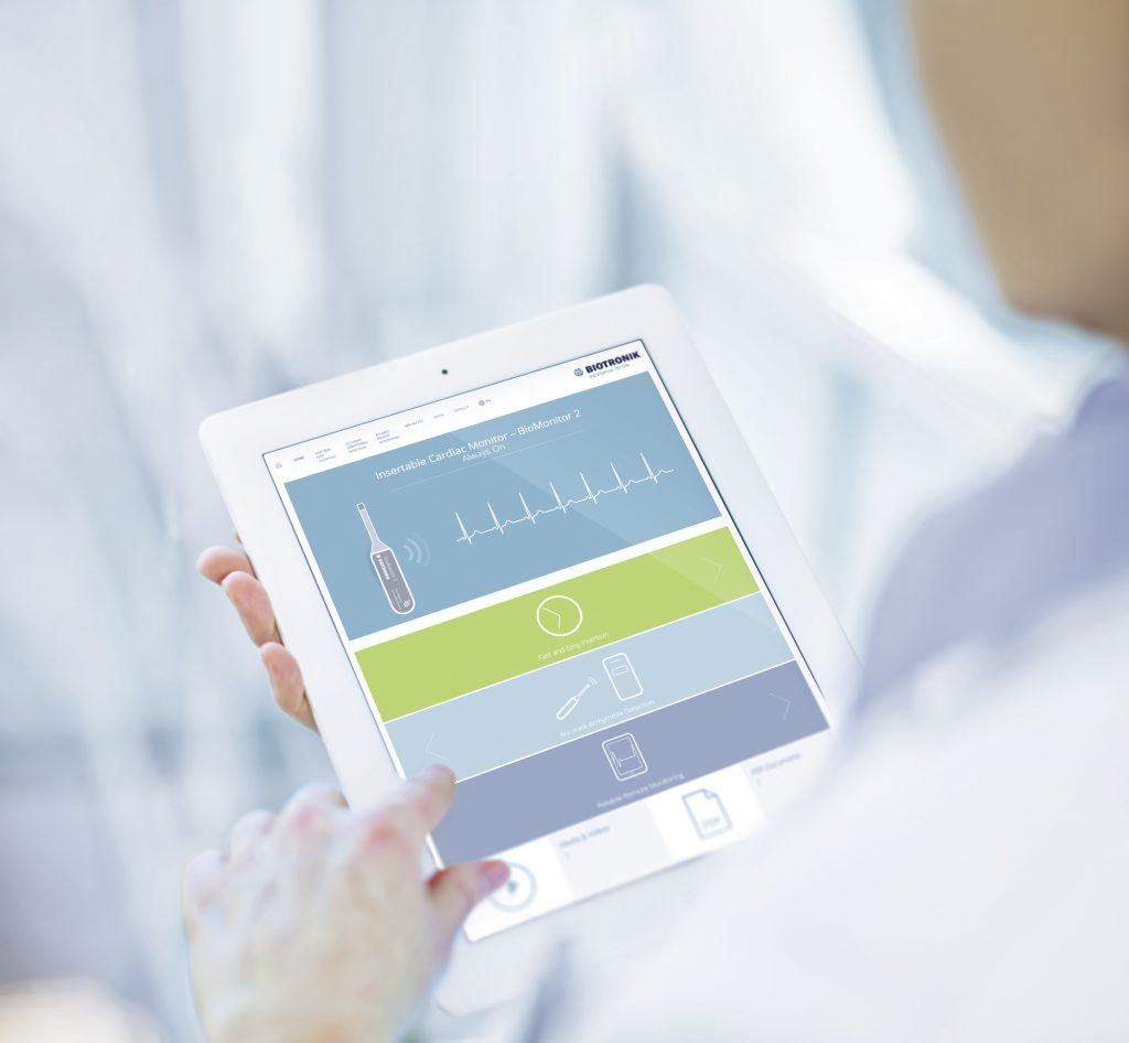 Ärztin schaut sich die BioMonitor 2 Microsite auf ihrem iPad an. Ärztin schaut sich die BioMonitor 2 Microsite auf ihrem iPad an.Ärztin schaut sich die BioMonitor 2 Microsite auf ihrem iPad an.