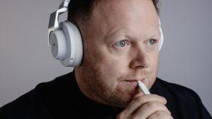 Mann mit Kopfhörer und TongueTip